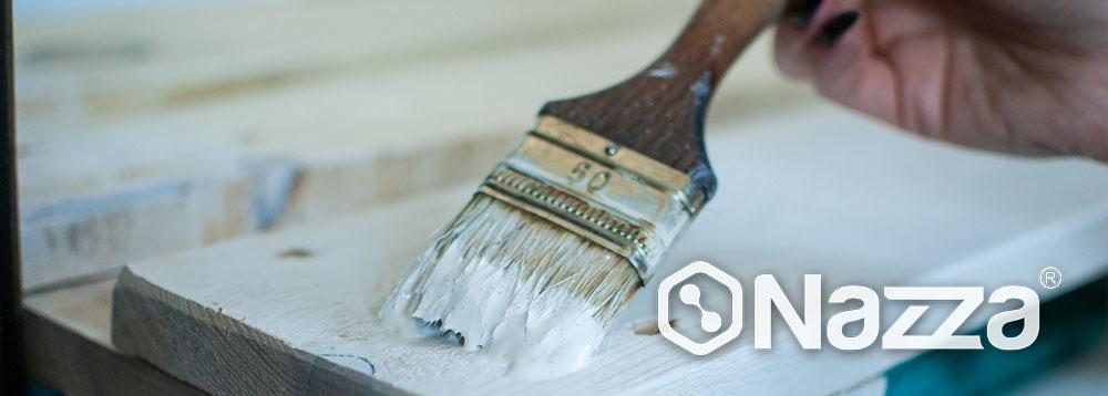 Aplicación de esmalte al agua sobre madera